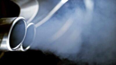 O que significa libertar fumo branco do escape do seu veículo?